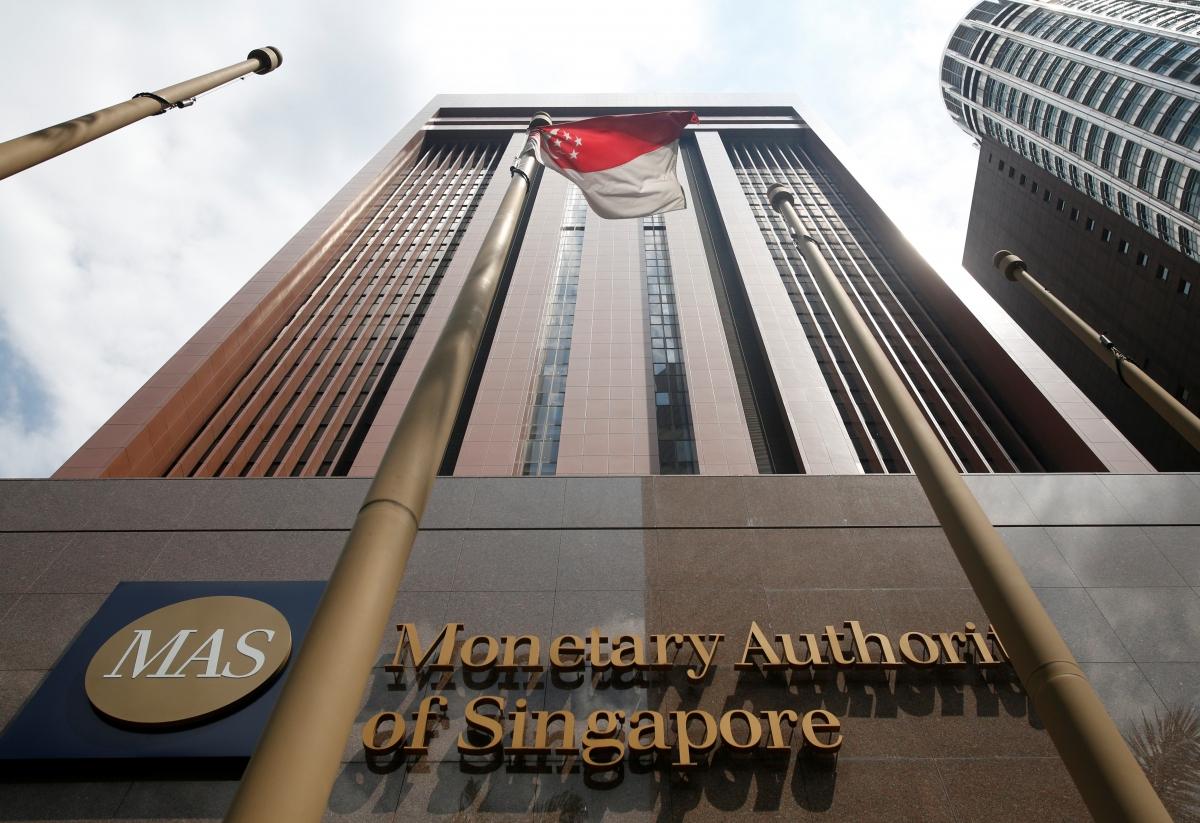 Глава ЦБ Сингапура намерен лично убеждать банки работать с криптовалютным бизнесом